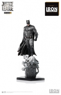 Justice League - socha Deluxe Art Scale Batman Concept Store Exclusive 30 cm